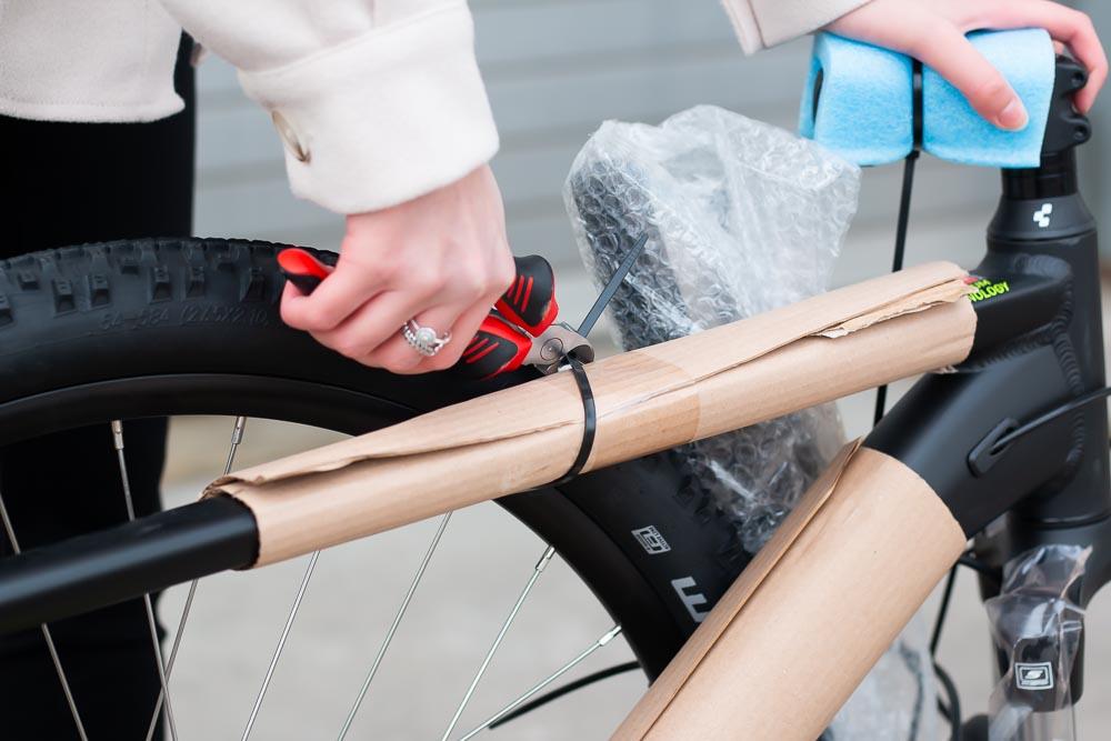 02 aufbau schutz entfernen 1 - Schritt für Schritt erklärt: Aufbauanleitung für dein Fahrrad oder E-Bike