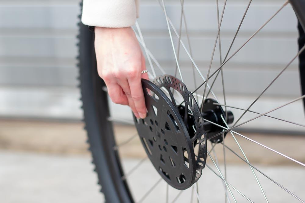 06 aufbau schutzkappe entfernen 1 - Schritt für Schritt erklärt: Aufbauanleitung für dein Fahrrad oder E-Bike