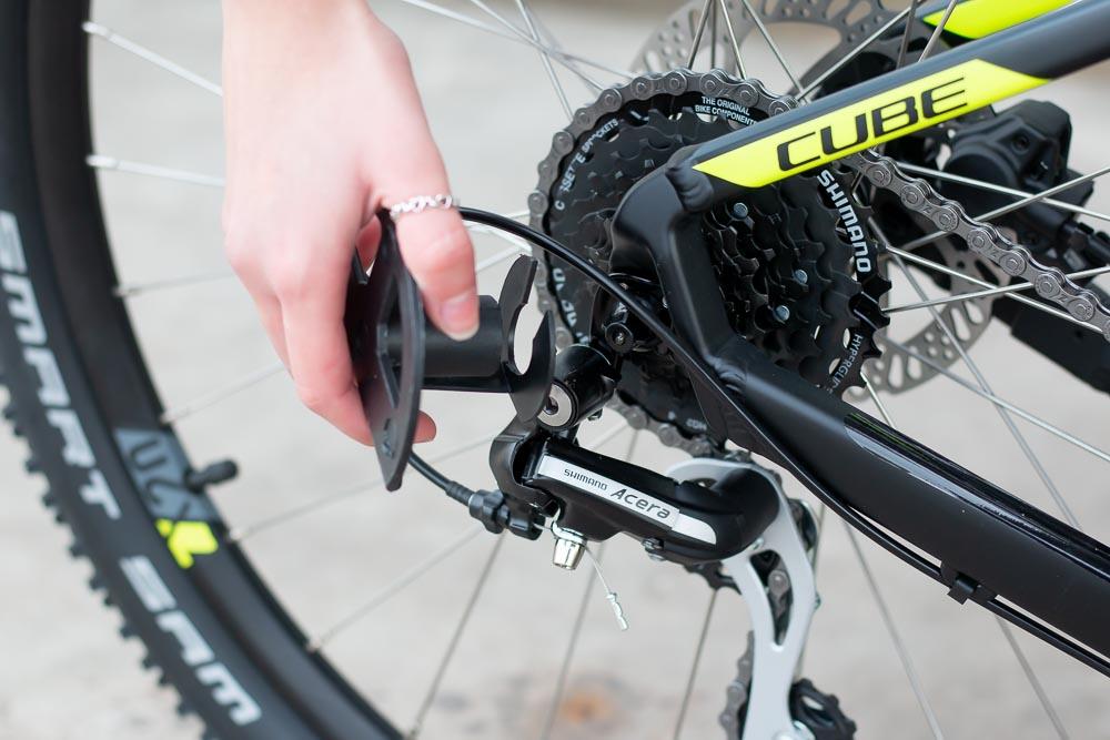 08 aufbau schutz hinterachse entfernen - Schritt für Schritt erklärt: Aufbauanleitung für dein Fahrrad oder E-Bike