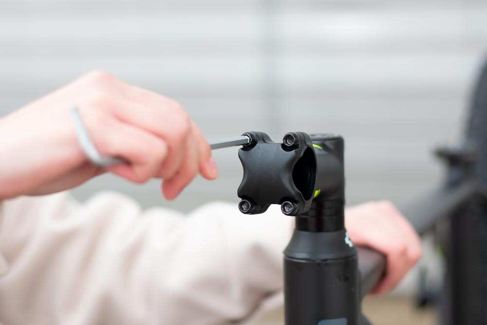 10 aufbau vorbau aufschrauben 1 - Schritt für Schritt erklärt: Aufbauanleitung für dein Fahrrad oder E-Bike
