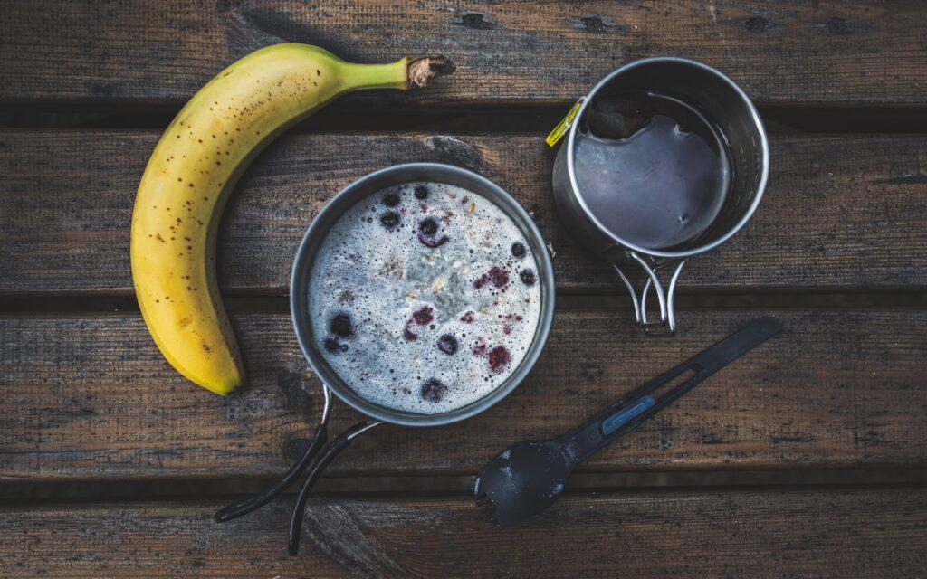 Starte mit einem energiegeladenen Frühstück am morgen (Photo by Marek Piwnicki on Unsplash)