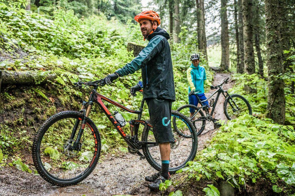 mhw beratung mtb fahren bei regen outdoor bekleidung 1024x683 - Schlechtwetter Mountainbiken - was brauche ich alles?