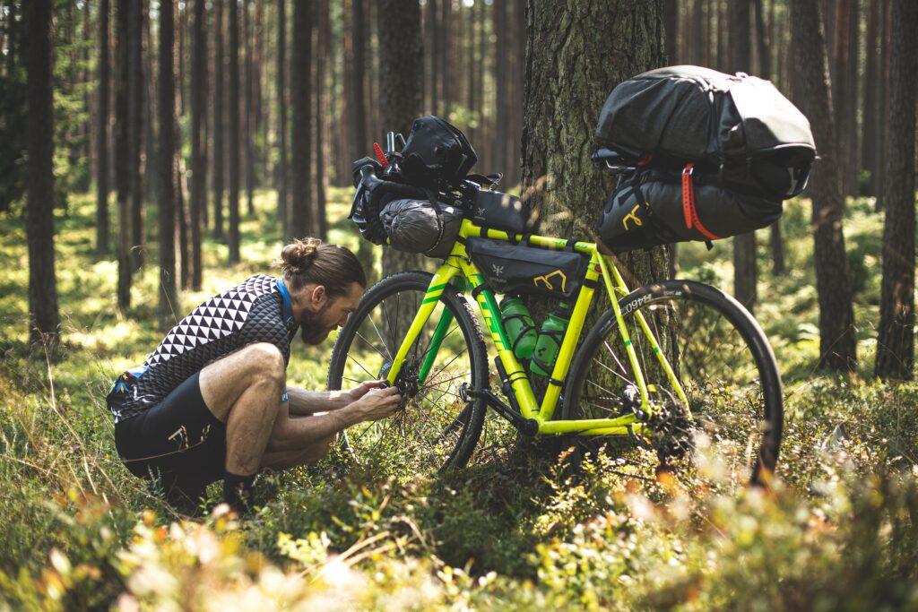 Bestens ausgerüstet für eine lange Bikepacking-Tour (Photo by Marek Piwnicki on Unsplash)