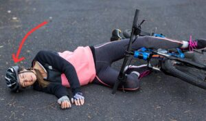 Fahrradunfall, Kopf mit Helm schlägt auf den Boden