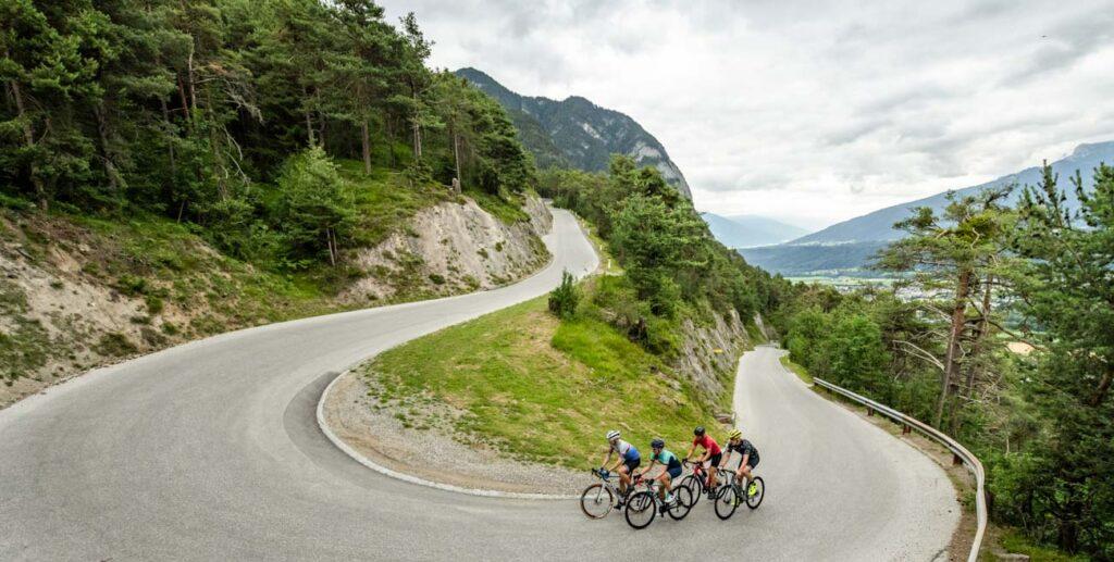 Rennradfahrer fahren eine Passstraße hoch